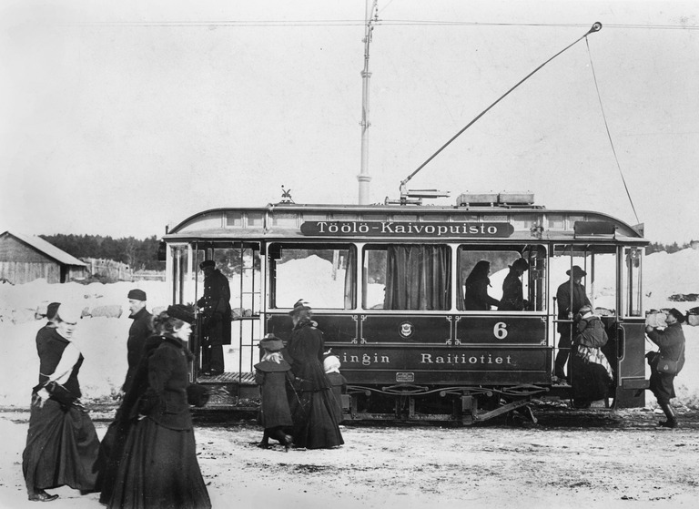 1903 n . Töölö - Kaivopuisto - linjan raitiovaunu päätepysäkillä Töölössä.